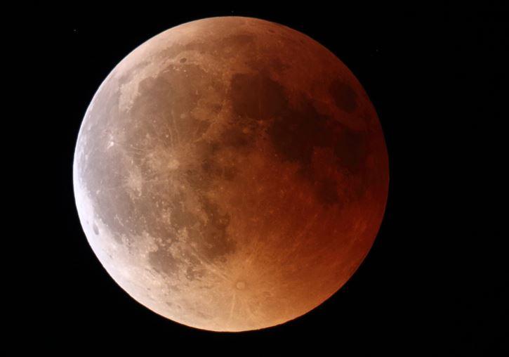 Doigt de lumière sur lune Rousse